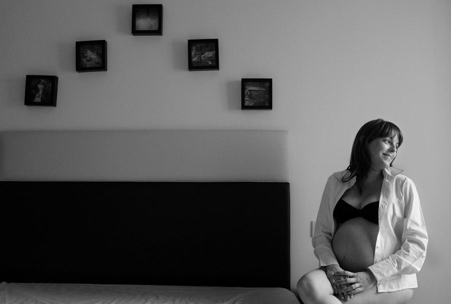 retrato embarazada madrid en la habitacion de su casa