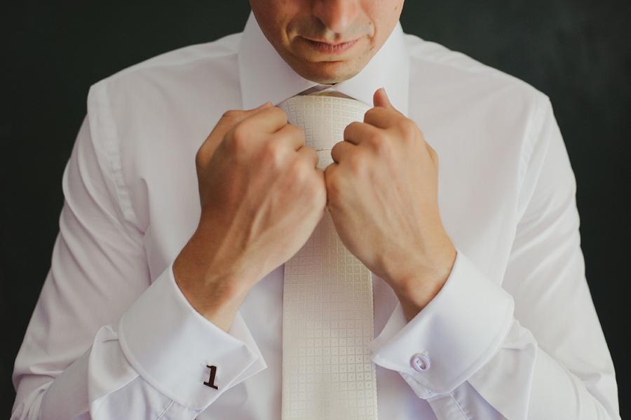 detalle de los gemelos del novio, detalle de la corbata del novio