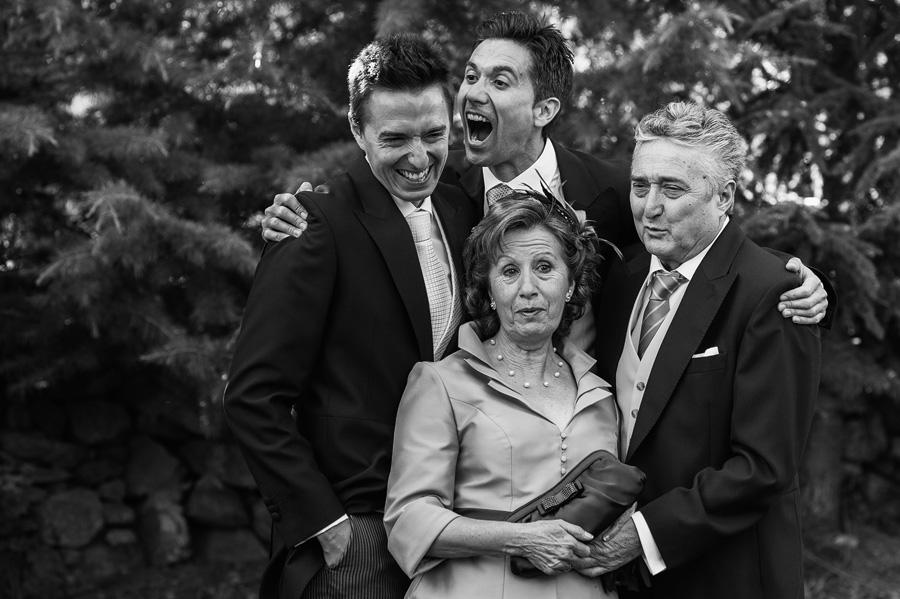 foto de familia en san martin del pimpollar, hermanos bromeando y padres con cara de sorpresa