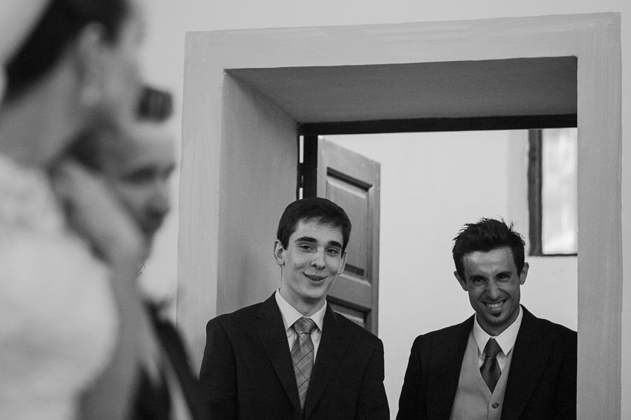la novia en el altar y su hermano se miran sonriendo