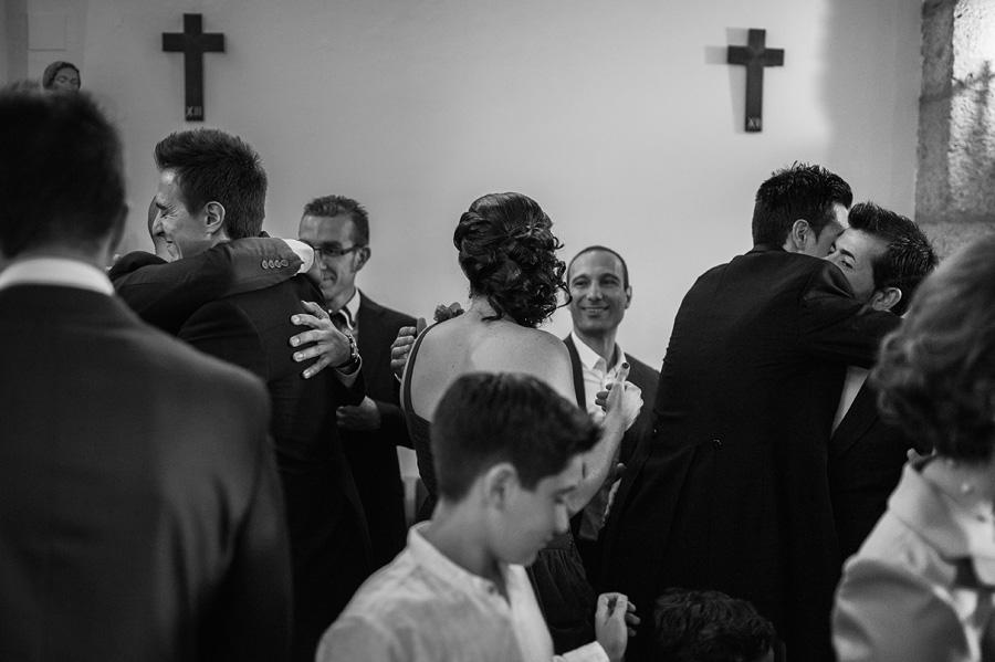 en la iglesia todos se abrazan felicitando al novio
