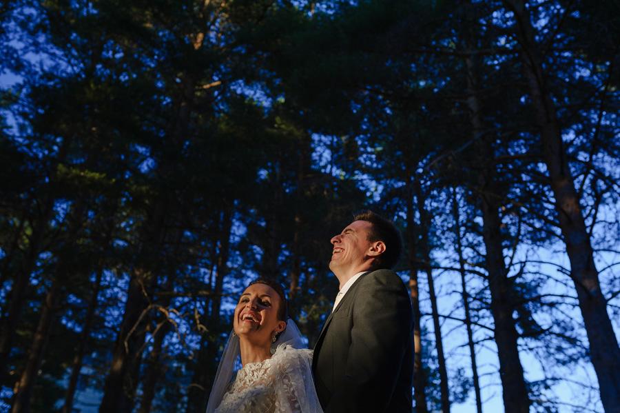 pareja de novios riendo en el bosque cercano al parador de gredos en su sesion de fotos de pareja
