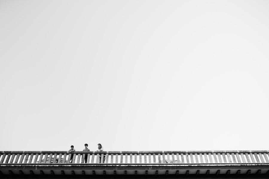 una madre y sus hijos miran el cocktail desde un balcon del parador de gredos
