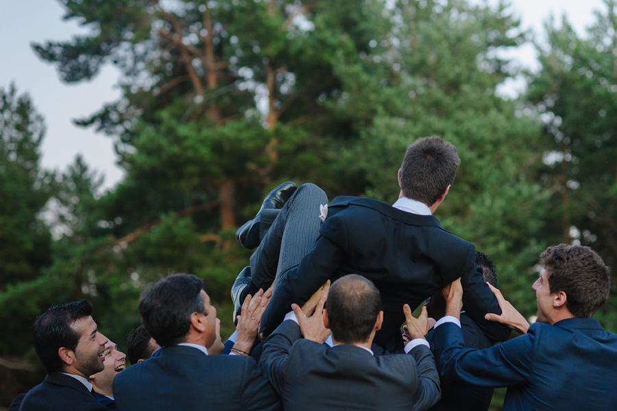 los amigos del novio, levantan al novio por los aires