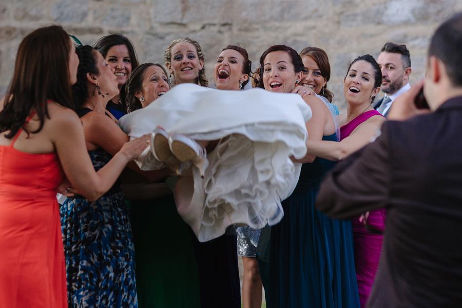 las amigas de la novia cogen en brazos a la novia y todos se rien
