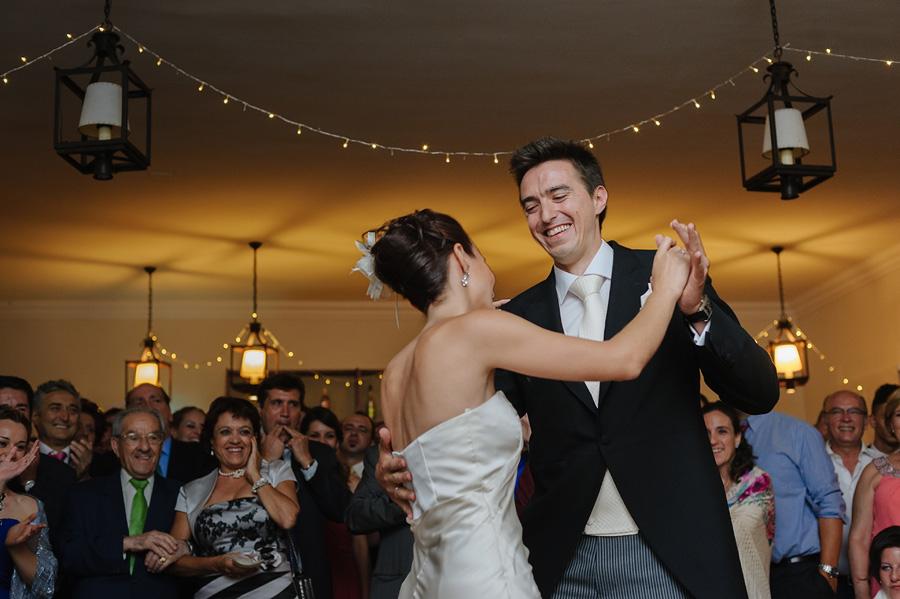 primer baile de los novios, sonrien, bailan, los invitados los miran sonrientes