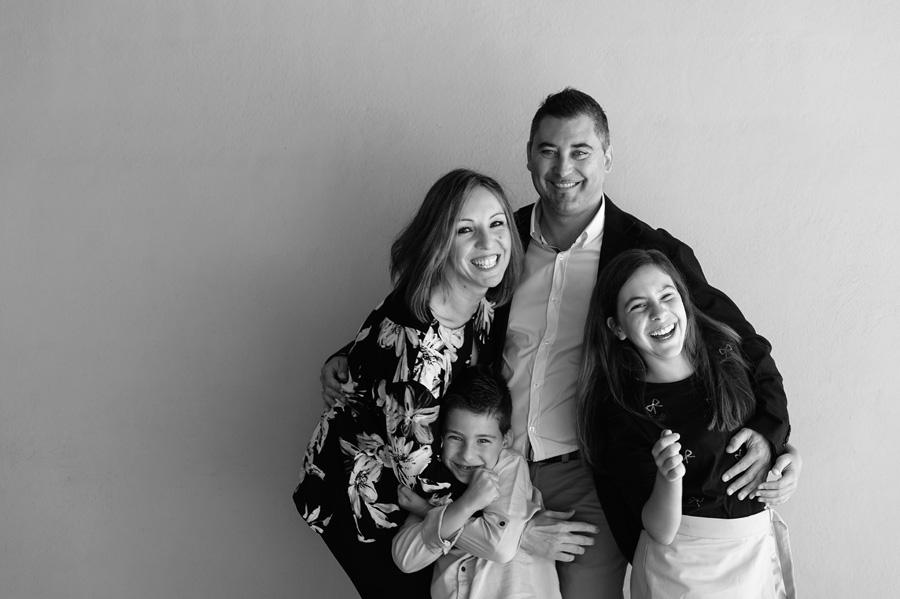 foto de familia durante los preparativos del bautizo