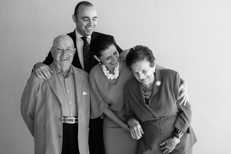 foto de familia durante un bautizo en vallecas