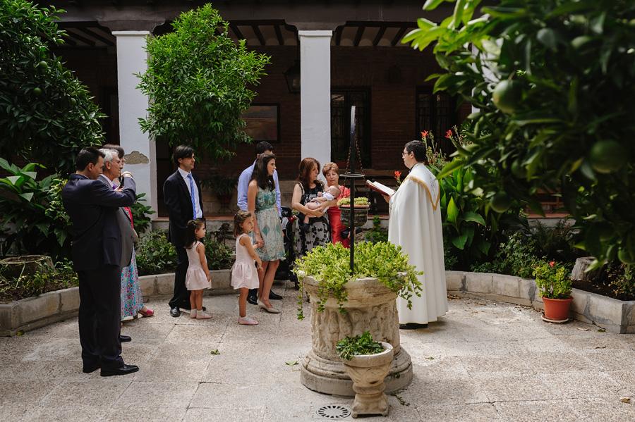 fotos de bautizo, bautizo en madrd, fotografo de bautizo, foto de familia en el exterior de la iglesia antes del bautizo