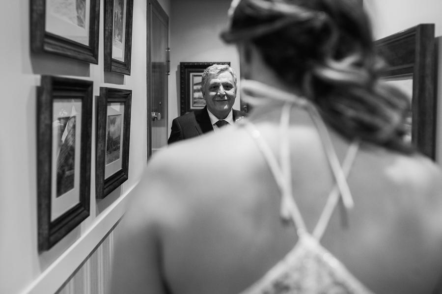 foto de la expresión del padre de la novia la primera vez que la ve vestida de novia