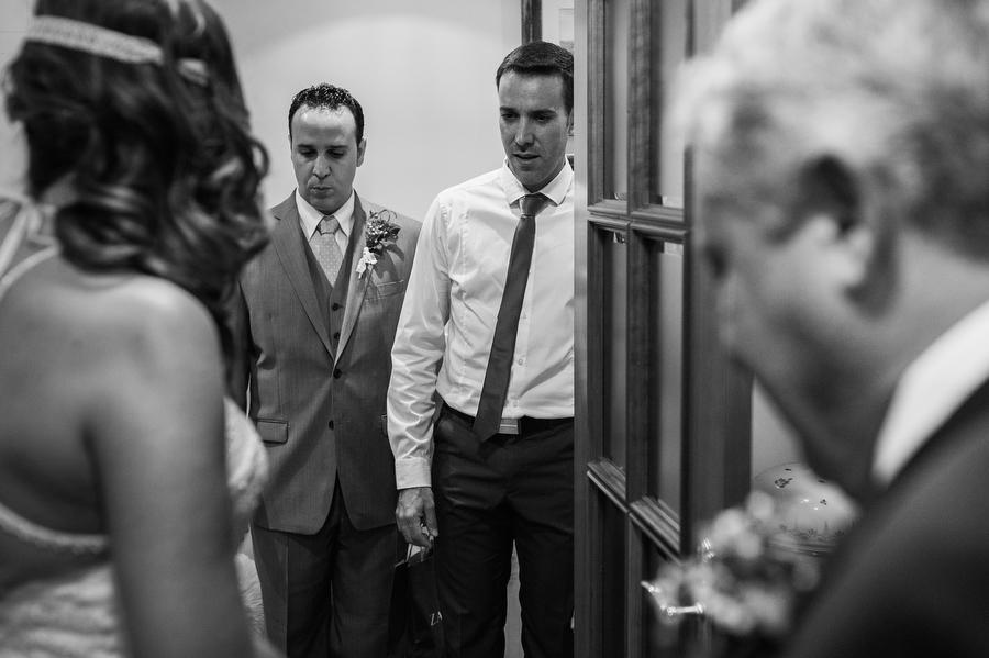 foto de la expresión de los hermanos de la novia la primera vez que la ven vestida de blanco