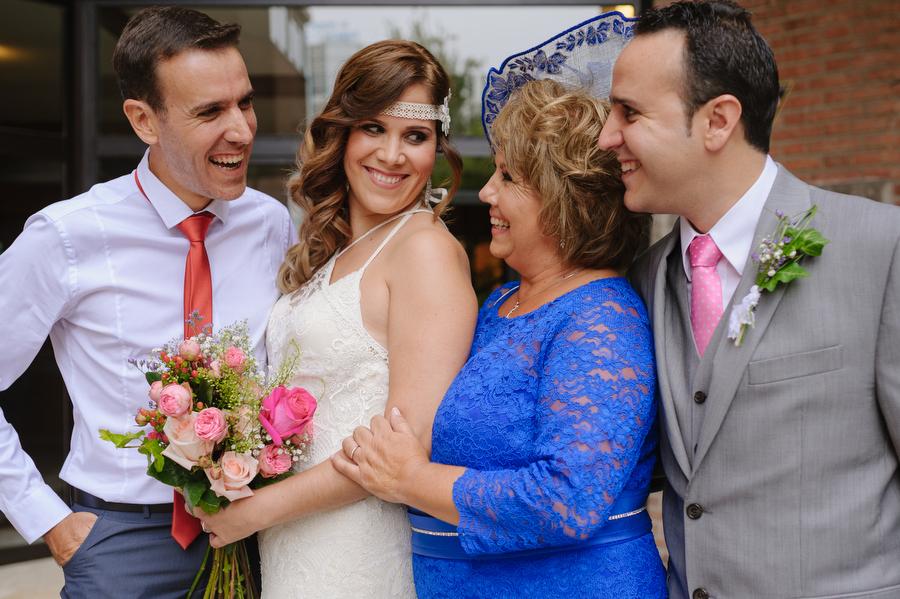 foto de la novia feliz junto a su madre y sus hermanos, todos sonríen y se miran