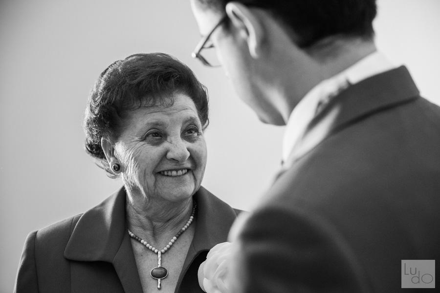 foto de la abuela del novio mirando a los ojos mientras le sonrie