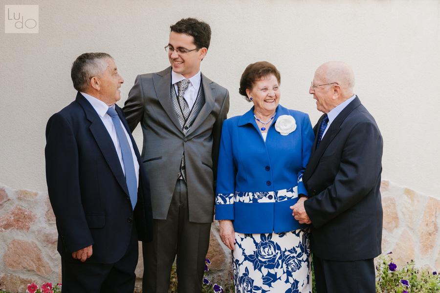 foto del novio junto a sus abuelos y su padre, todos se miran sonrientes