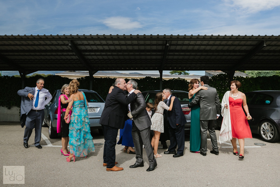 foto de los invitados saludandose antes de que comience la ceremonia