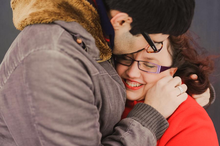 pareja abrazada para entrar en calor en navacerrada