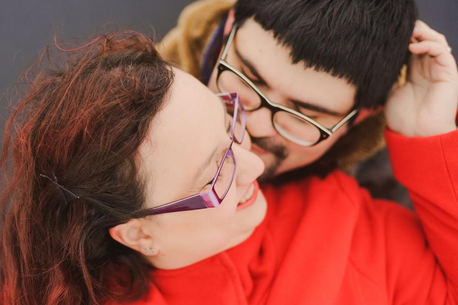 foto de pareja abrazadados sonriendo mientras se abrazan y se hacen mimos