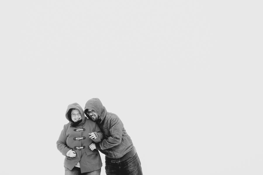 foto de pareja feliz riendose en la nieve en la estacion de ski de navacerrada