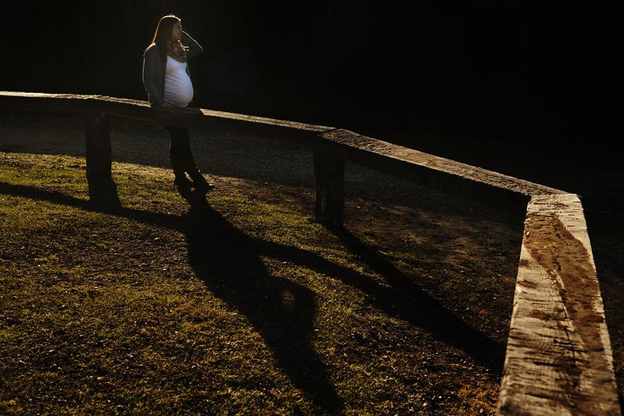 fotos de embarazo al atardecer en el campo