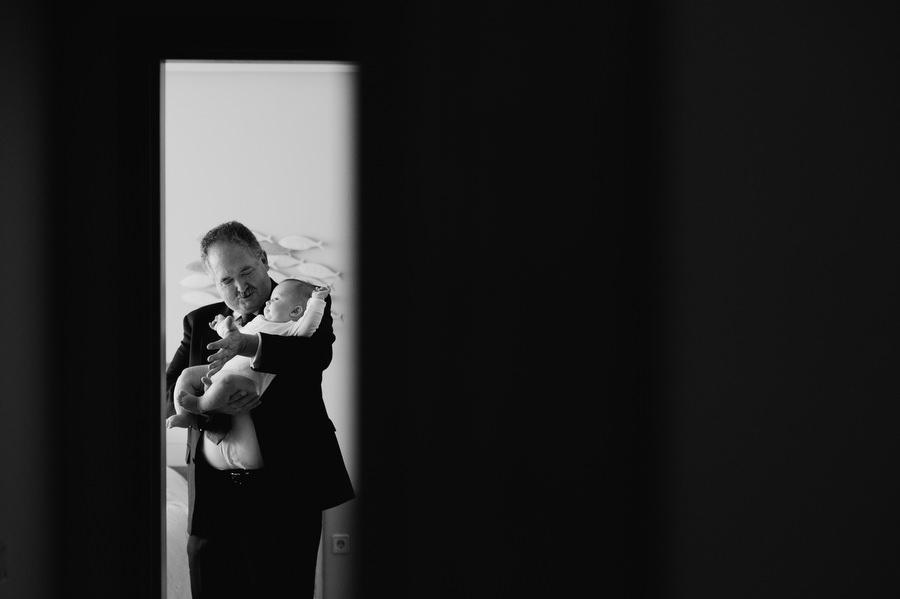 foto de bautizo con el abuelo en casa