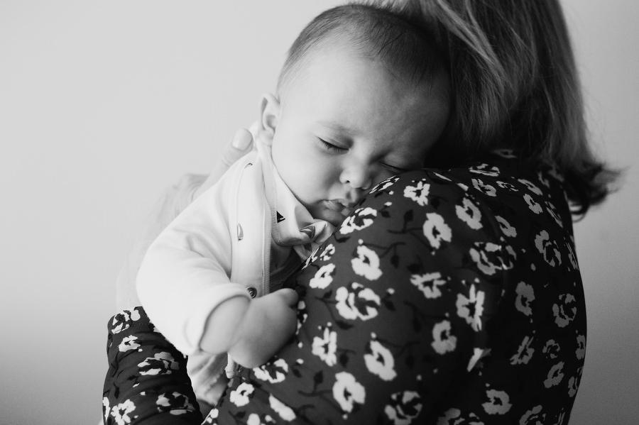 foto de bebe de bautizo dormido con la abuela