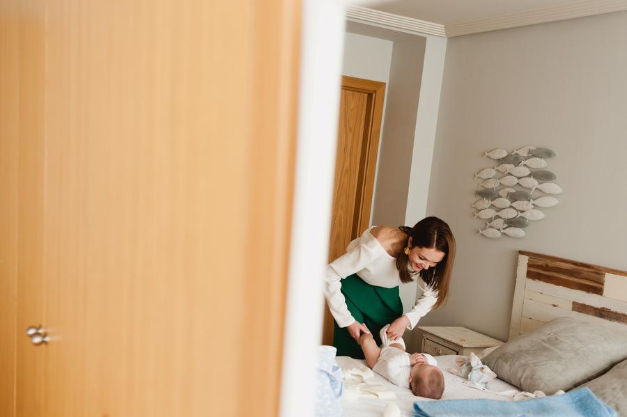 sesion de preparativos de bebe de bautizo con mama en casa