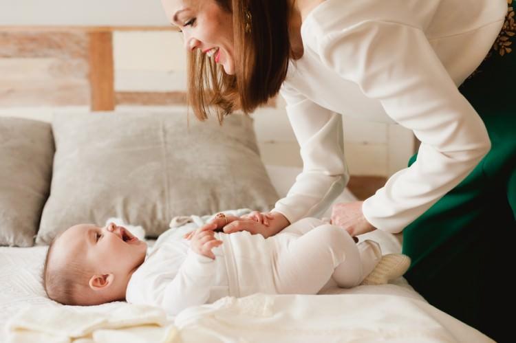 sesion de preparativos de bebe de bautizo con mama