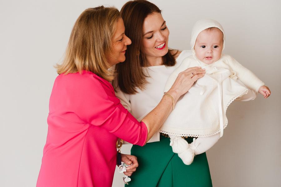 sesion de preparativos de bebe de bautizo con mama y la abuela