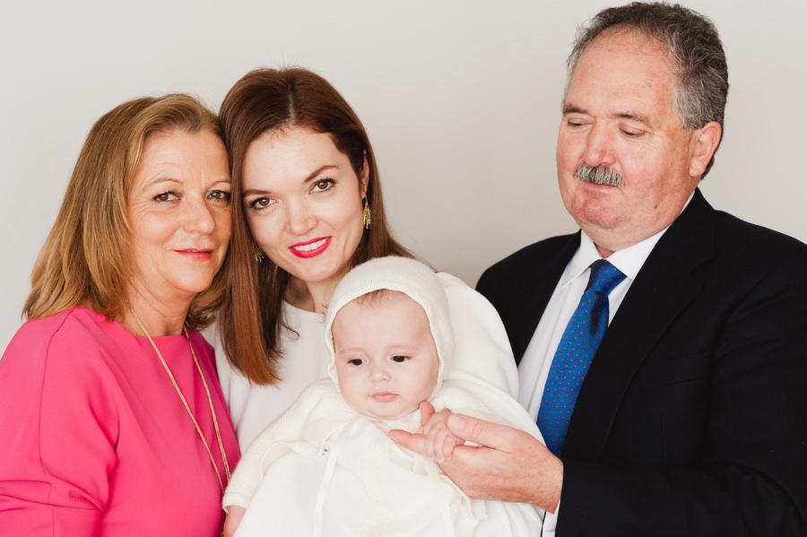 bebe de bautizo con mama y los abuelos en casa