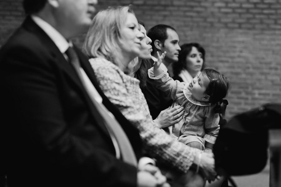 niña jugando durante el bautizo en san pedro martir dominicos