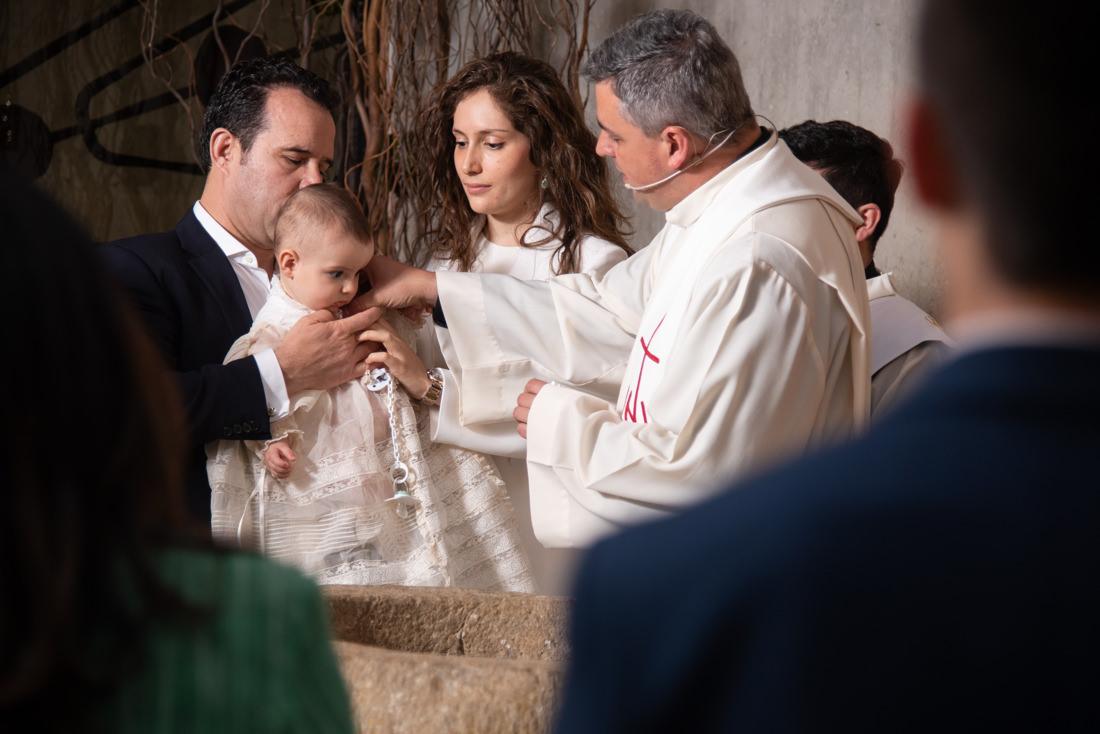 ceremonia de bautizo en la parroquia de fuente del fresno