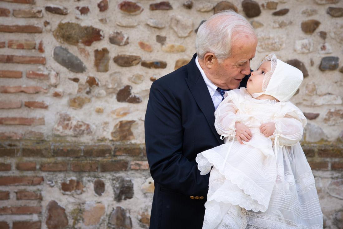 foto de bautizo de bebe con abuelo