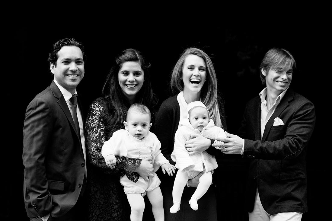 foto de familia de bautizo con Carlos Baute y Astrid Klisans