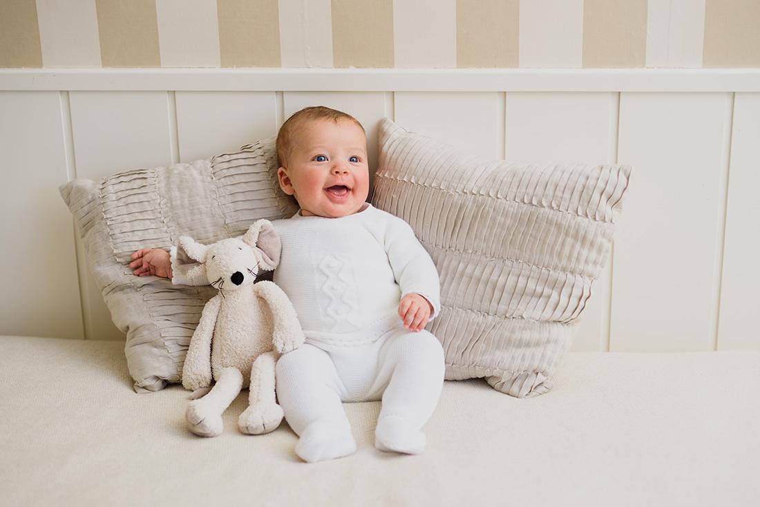 foto-bebe-sesion-preparativos-bautizo-en-casa