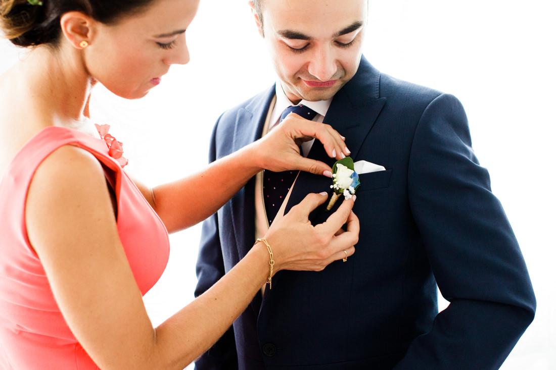 foto de los preparativos del novio en una boda en finca la matilla